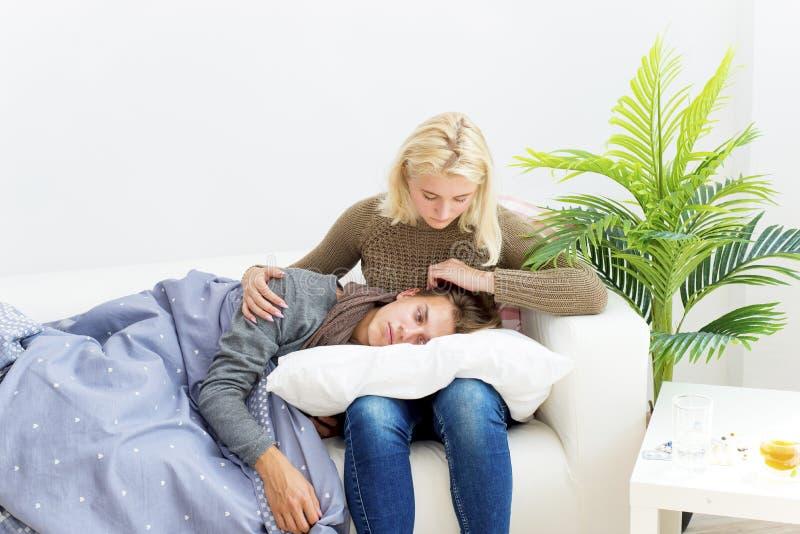 Paare, die Grippe haben lizenzfreie stockfotos
