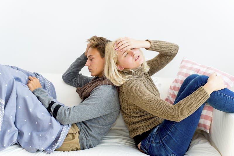 Paare, die Grippe haben stockbilder