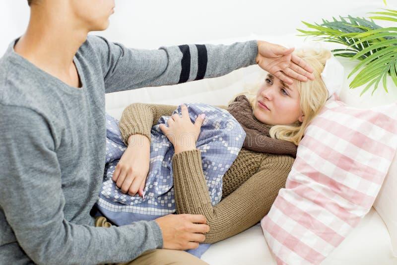 Paare, die Grippe haben stockfotos