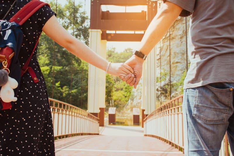 Paare, die Hände anhalten lizenzfreies stockbild