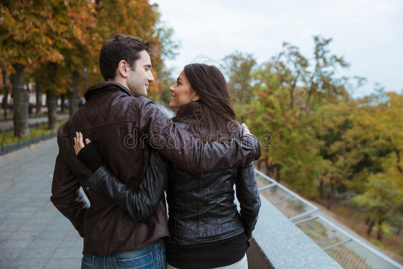 Paare, die in Herbstpark gehen stockbilder