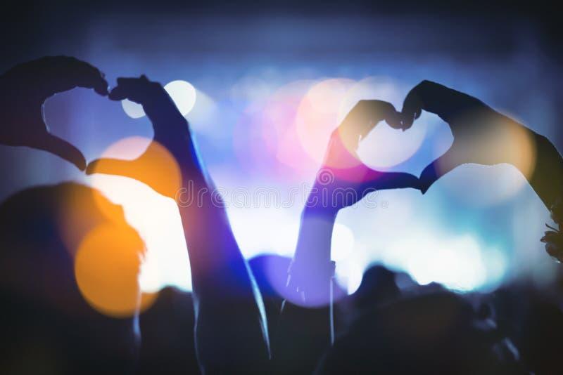 Paare, die Herz mit den Händen zeigen stockfoto