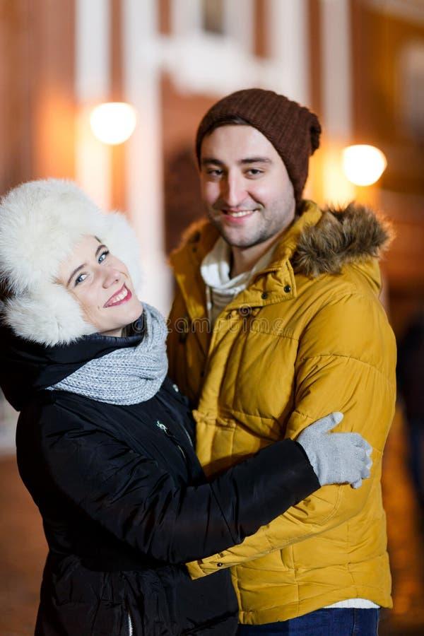 Paare, die Hintergrund der Stadt umfassen lizenzfreies stockbild