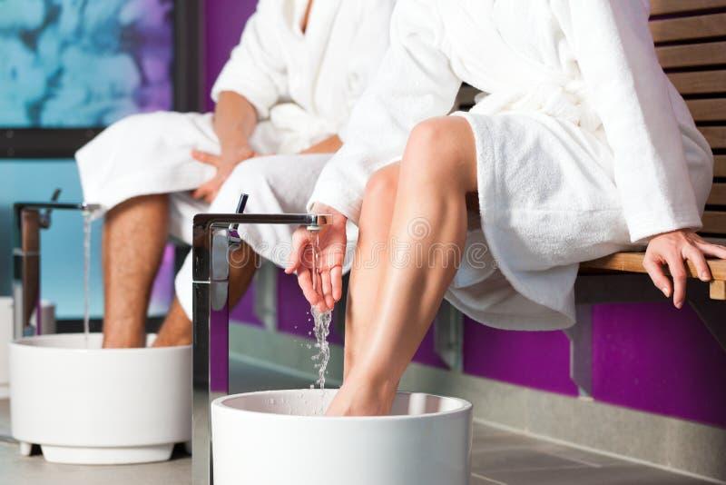 Paare, die Hydrotherapiewasser footbath haben lizenzfreies stockbild