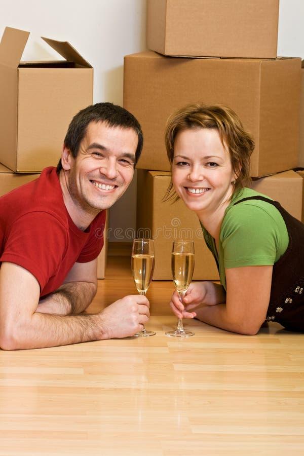 Paare, die in ihrem neuen Haus rösten stockfotografie