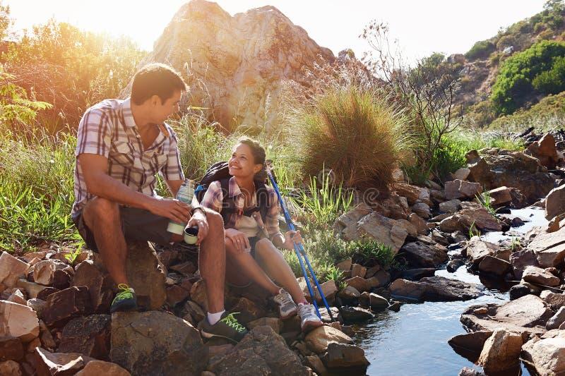 Paare, die an ihrem Wandertag sich entspannen lizenzfreie stockfotos