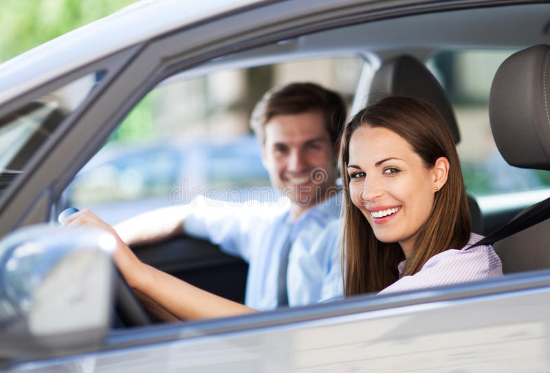Paare, die im Auto sitzen stockbilder