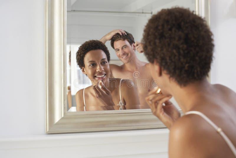 Paare, die im Badezimmer fertig werden stockfotografie