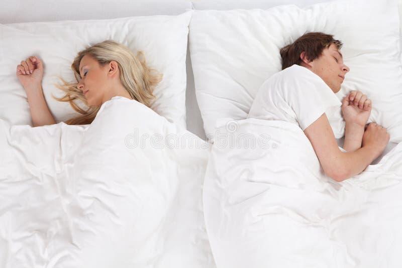 Paare, die im Bett schlafen lizenzfreie stockbilder