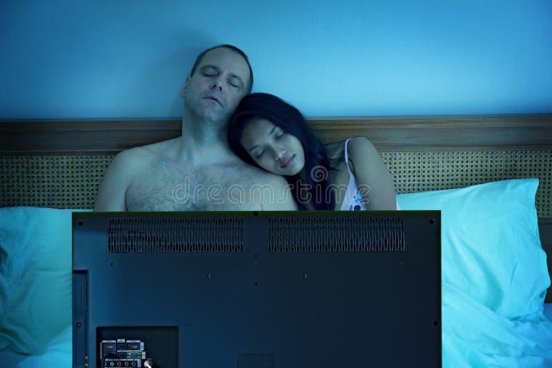 Paare, die im Bett schlafen lizenzfreies stockbild