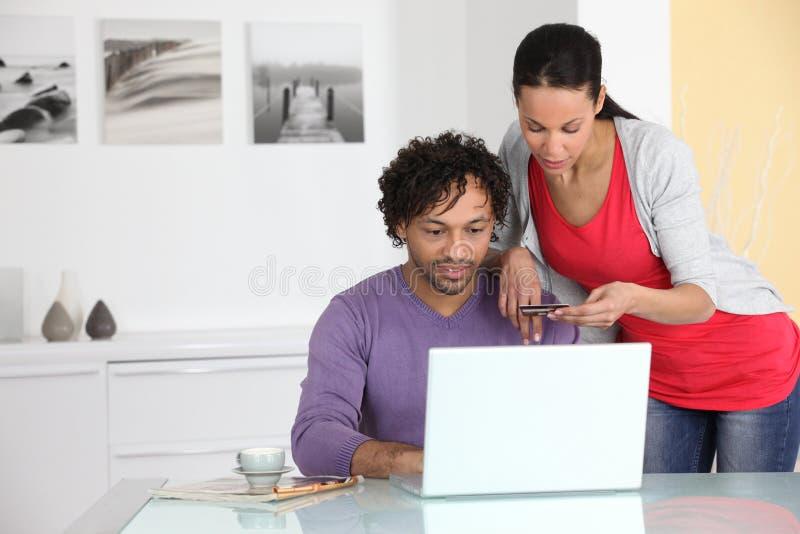 Paare, die im Internet kaufen stockfotografie