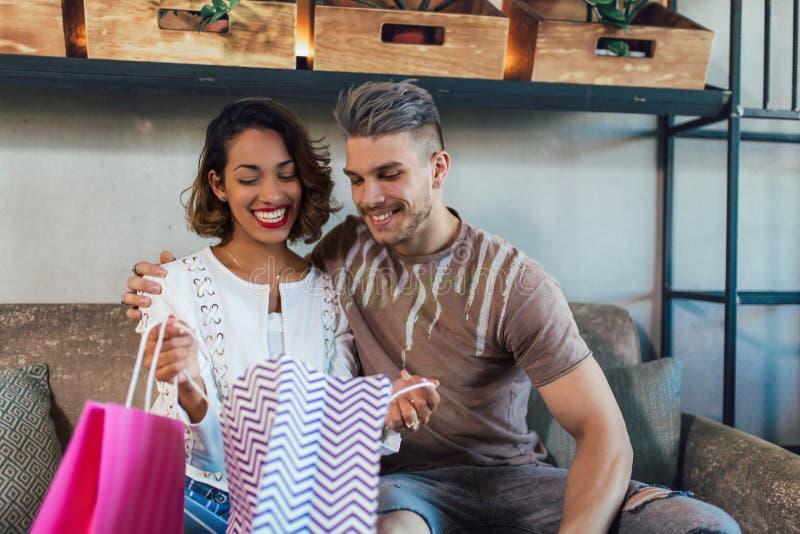 Paare, die im modernen Café nach dem Einkauf genießen stockfotografie