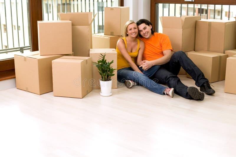 Paare, die im neuen Haus sitzen stockfotos