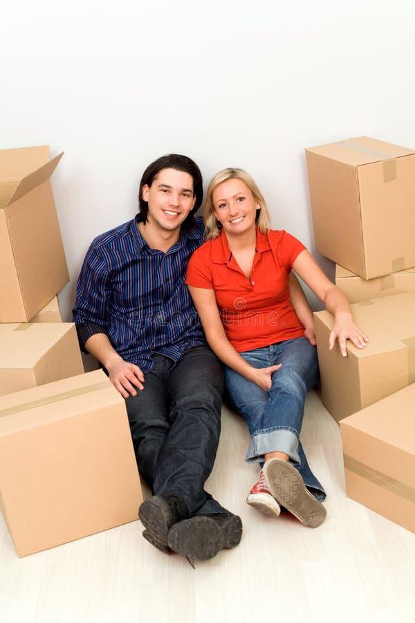 Paare, die im neuen Haus sitzen lizenzfreie stockfotos