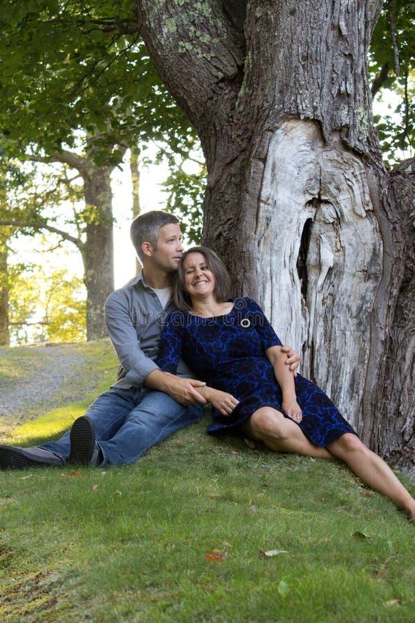 Paare, die im Park kichern lizenzfreies stockbild