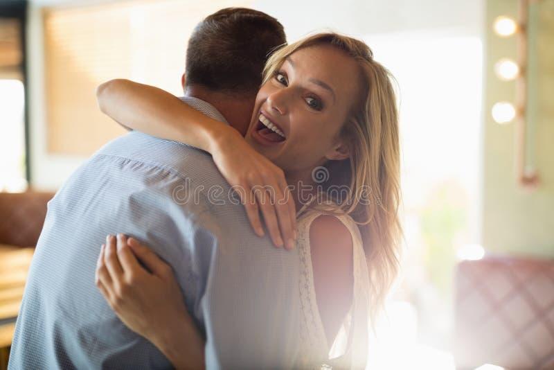 Paare, die im Restaurant sich umfassen stockfotografie