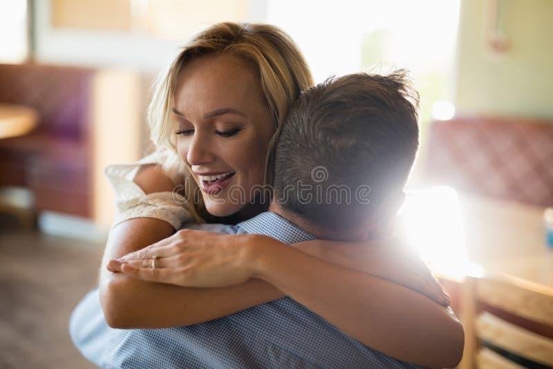 Paare, die im Restaurant sich umfassen stockbilder