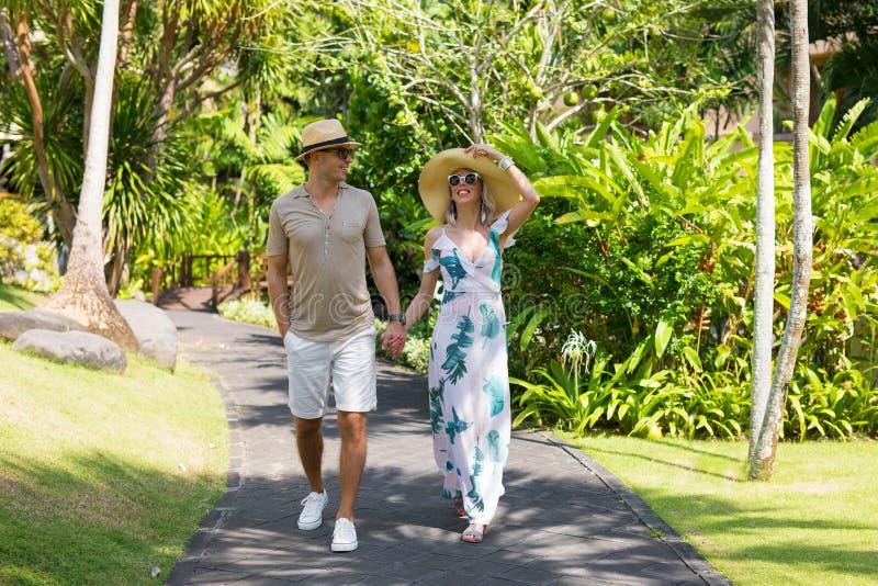 Paare, die im Urlaub in tropischen Erholungsort gehen lizenzfreies stockfoto