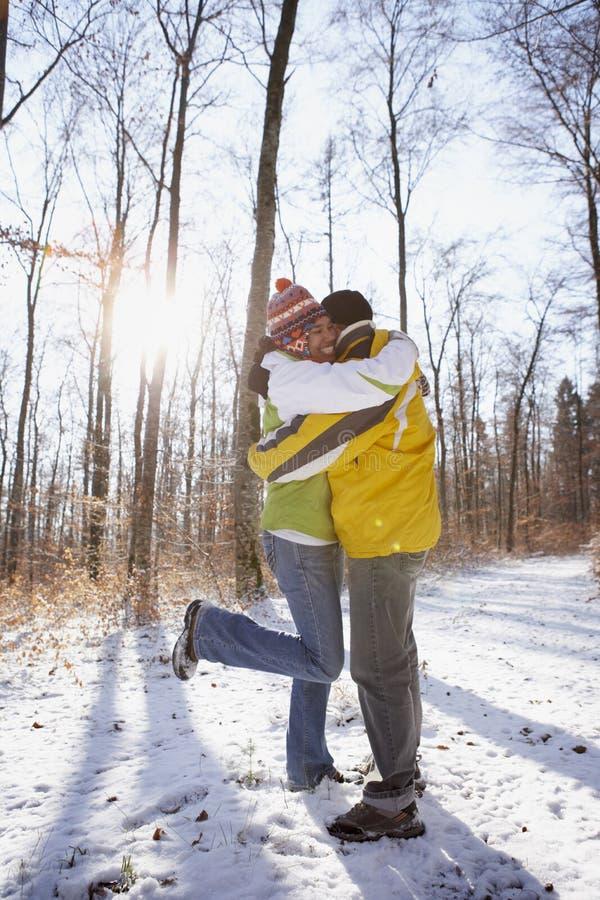 Paare, die im Winter umfassen lizenzfreie stockfotos