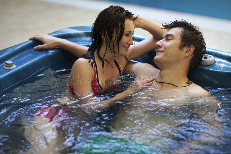 Paare, die am Jacuzzi baden stockbild