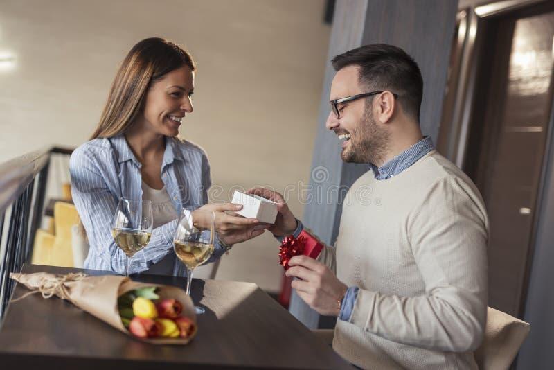 Paare, die Jahrestag feiern lizenzfreie stockbilder