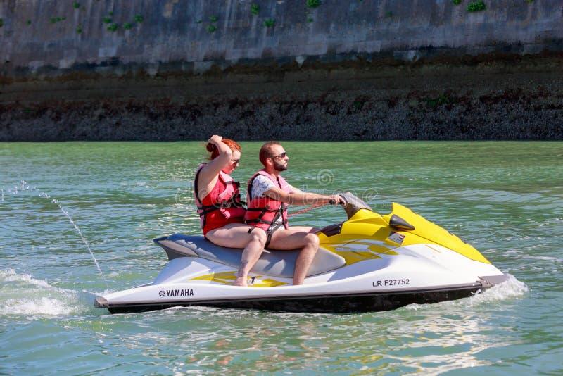 Paare, die Jet-Skifahrt genießen lizenzfreies stockbild