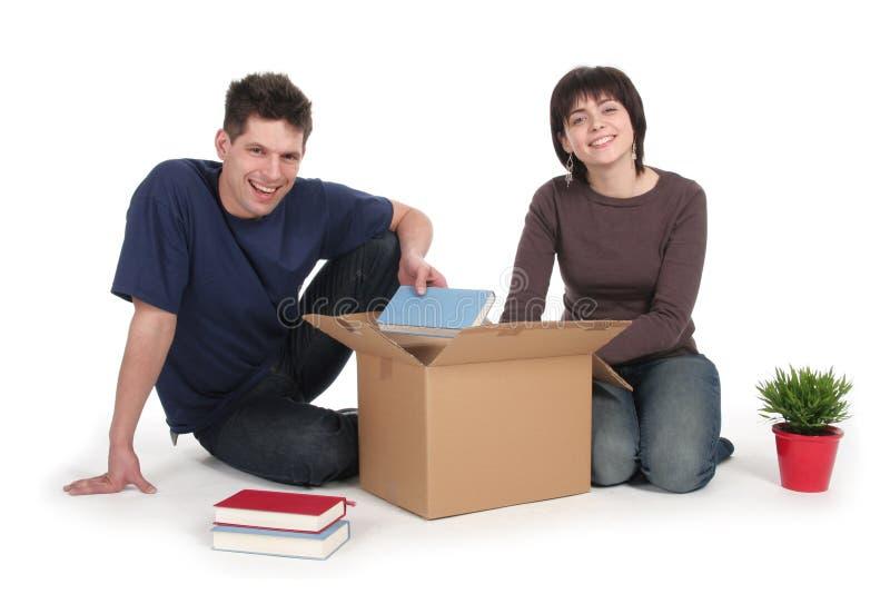 Paare, die Kästen entpacken stockfotografie
