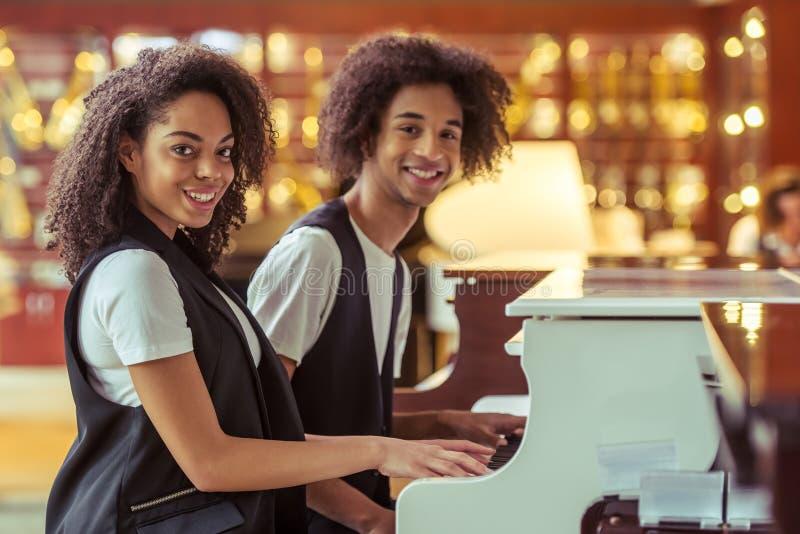Paare, die Klavier spielen stockfoto