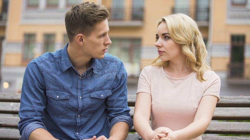Paare, die Konflikt haben, einander betrachten und über Problem, Krise sprechen lizenzfreie stockfotos