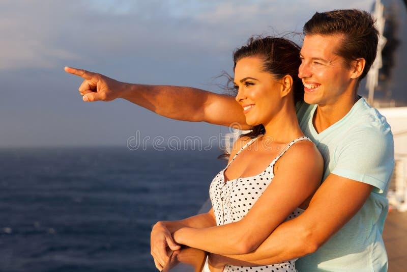 Paare, die Kreuzfahrt genießen stockfoto