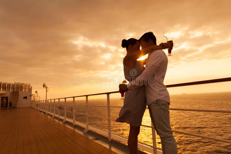 Paare, die Kreuzfahrt umarmen lizenzfreie stockfotografie