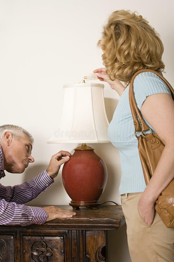 Paare, die Lampe betrachten lizenzfreies stockfoto