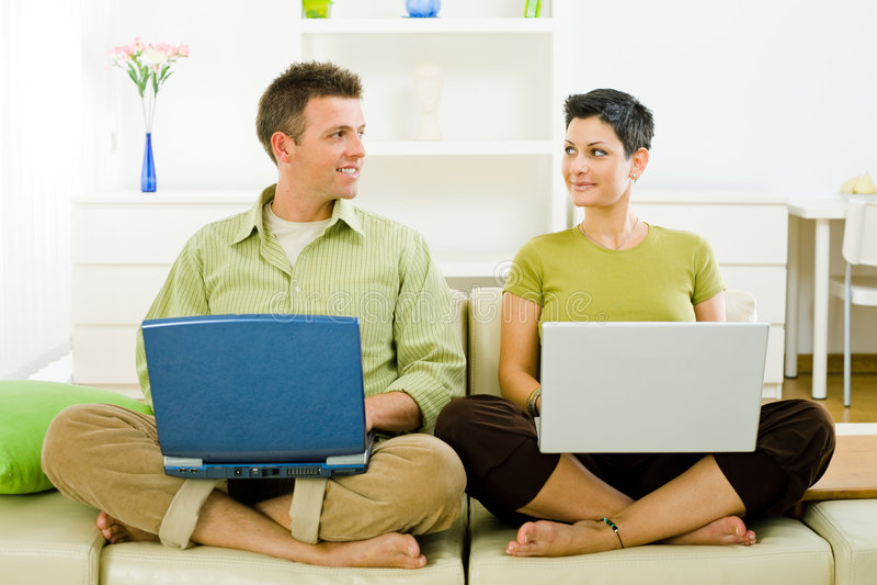 Paare, die an Laptop arbeiten lizenzfreies stockbild