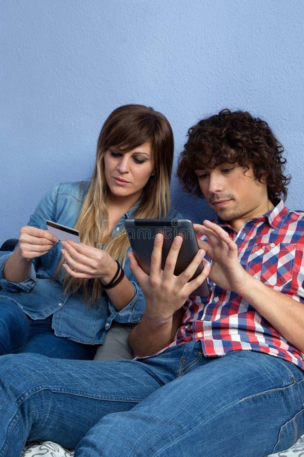 Paare, die on-line-Kauf mit Tablette abschließen stockbild