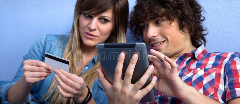 Paare, die on-line-Kauf mit Tablette abschließen lizenzfreie stockfotografie