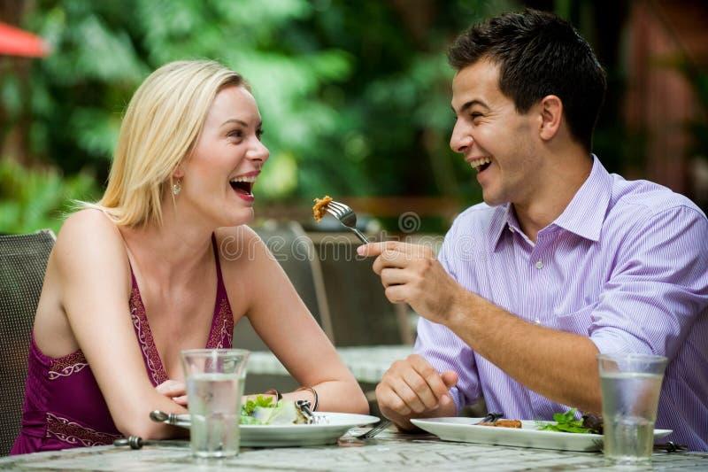 Paare, die Mahlzeit haben stockfotografie