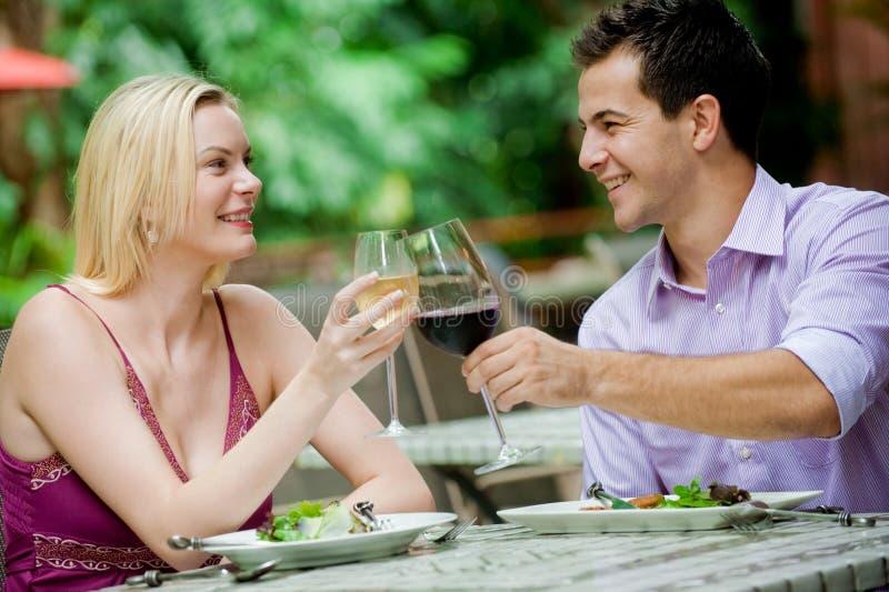Paare, die Mahlzeit haben lizenzfreie stockfotos