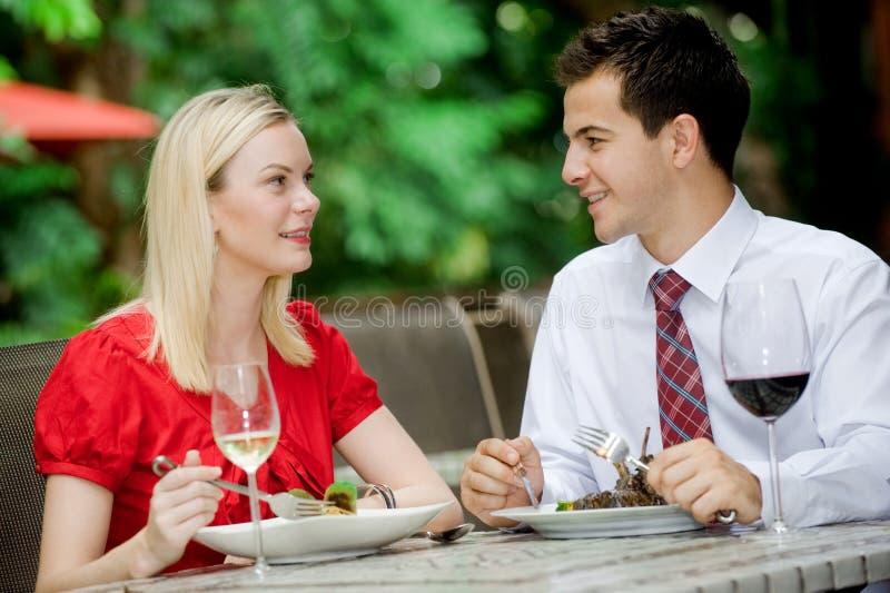 Paare, die Mahlzeit haben lizenzfreies stockfoto