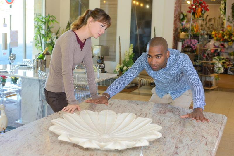 Paare, die Marmortabelle betrachten lizenzfreies stockfoto