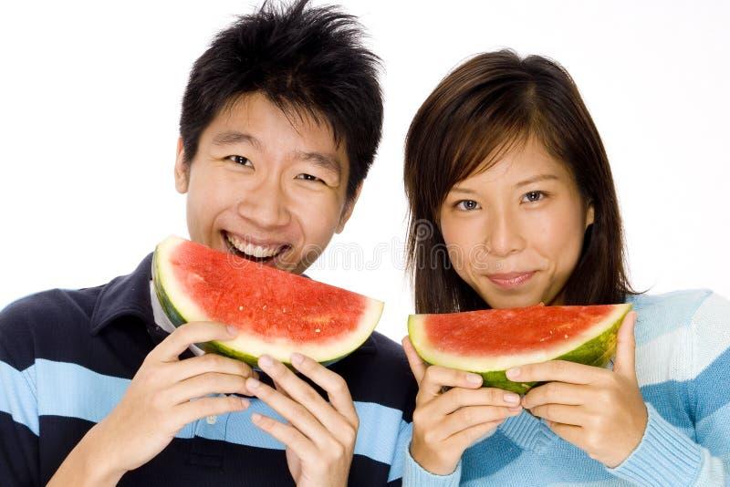 Paare, die Melone essen stockfoto