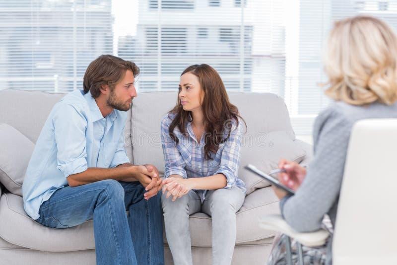 Paare, die miteinander während der Therapie-Sitzung schauen lizenzfreies stockfoto