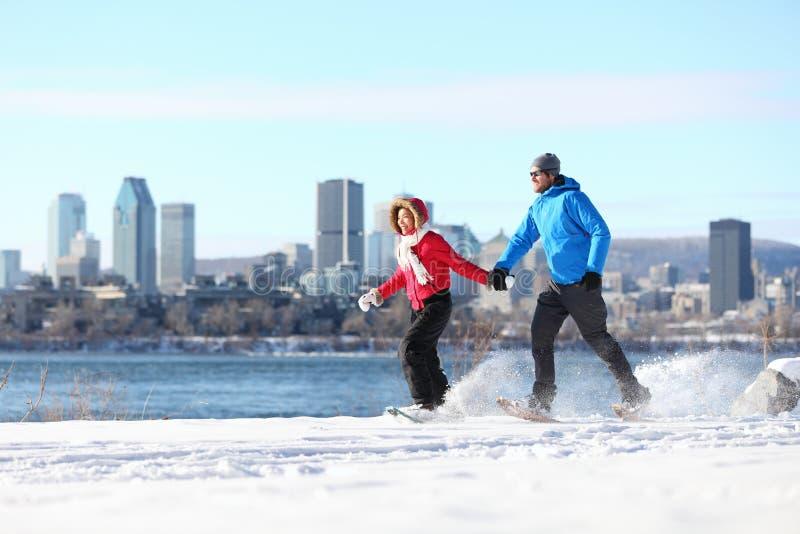 Paare, die in Montreal snowshoeing sind lizenzfreies stockbild
