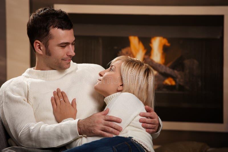 Paare, die nach Hause umarmen lizenzfreies stockbild