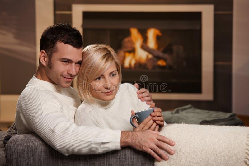 Paare, die nach Hause umarmen stockbild