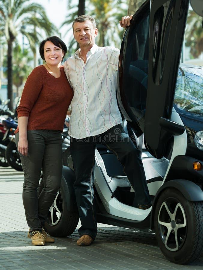 Download Paare, Die Nahe Twizy Elektrischem Stehen Stockbild - Bild von lächeln, draußen: 90234767