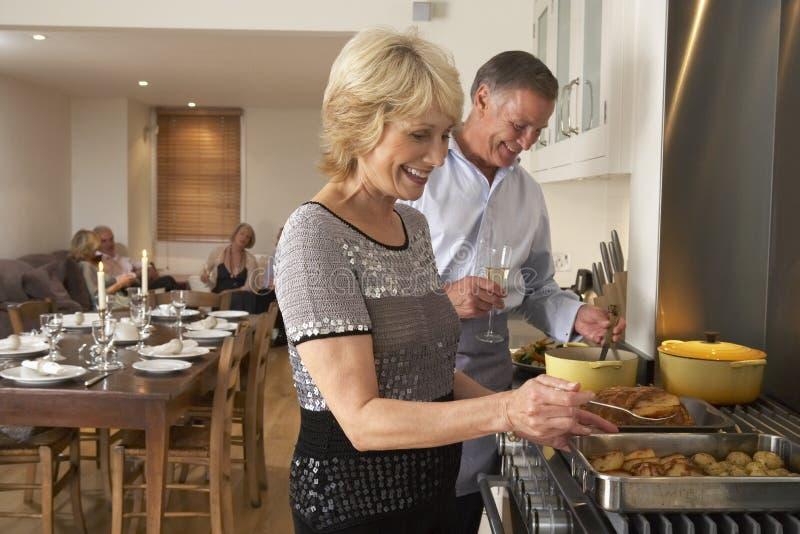 Paare, die Nahrung für ein Abendessen zubereiten stockbild