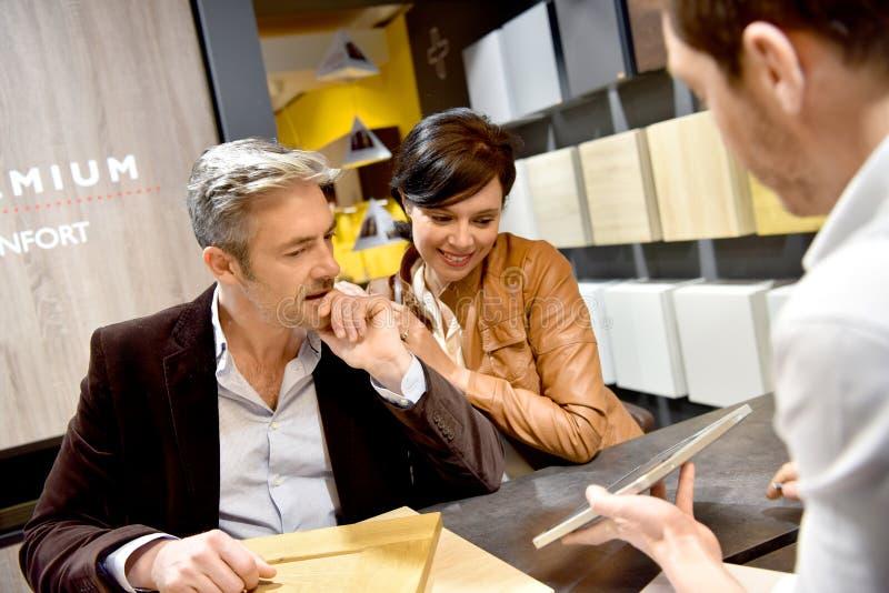 Paare, die neue Küchenmöbel kaufen lizenzfreies stockfoto