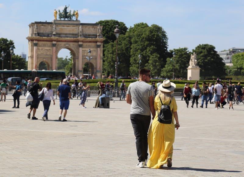Paare, die in Paris, Frankreich gehen stockbild