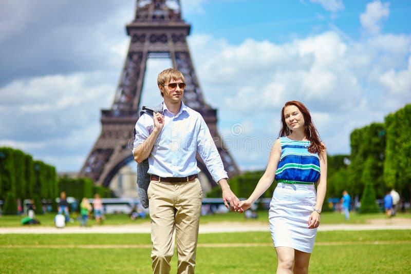 Paare, die in Paris nahe dem Eiffelturm gehen lizenzfreies stockfoto