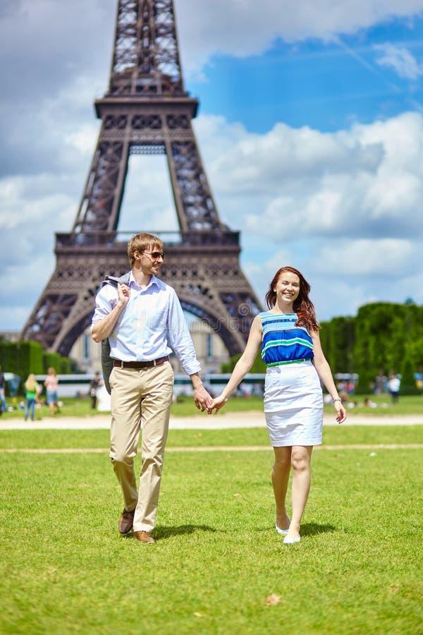 Paare, die in Paris nahe dem Eiffelturm gehen stockfotos